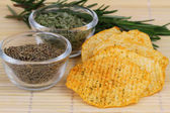 Baked potato crisps with Mediterranean herbs — Stock Photo