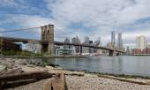 Brooklyn Bridge and Lower Manhattan from Dumbo Beach. — Stock Photo