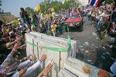Thai protesters break barricades — Stock Photo