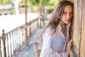 Žena u dřevěných dveří — Stock fotografie