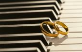 Wedding rings on piano — Stock Photo