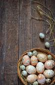 Oeufs de Pâques dans le nid sur fond en bois rustique — Photo