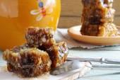 Honing kam stack op de tabel — Stockfoto