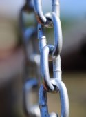 Chain Links - Shows a closeup of a metal chain link segment fro — Stock Photo