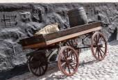 Gamla trä vagn på bakgrund av tegelvägg — Stockfoto