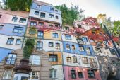 Colorful facade of the famous Hundertwasserhaus in Vienna, Austria — Stock Photo