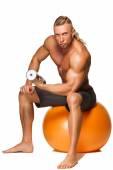 Homem de corpo em forma e saudável sentado na esfera da aptidão — Fotografia Stock