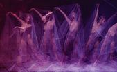 Danse sensuelle et émotionnelle de la belle ballerine à travers le voile — Photo