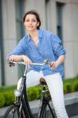 Ładna dziewczyna siedzi na rower na ulicy — Zdjęcie stockowe