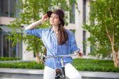 Chica guapa en sombrero de la bicicleta en la calle — Foto de Stock