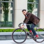 gut aussehend Geschäftsmann und sein Fahrrad — Stockfoto #76164797