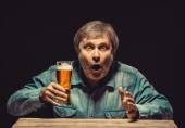 The enchanted and emotional fan with glass of beer — Stock Photo