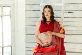 孕妇腹部与指甲花纹身 — 图库照片