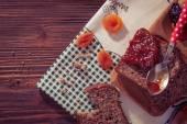 Kayısı reçelli kuru meyve tarafından çevrili kepekli ekmek. — Stok fotoğraf