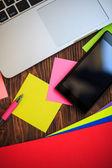 Abrir notebook e smartphone tabela de madeira, vista superior — Fotografia Stock