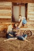Família de vila feliz — Fotografia Stock