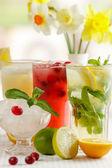 Três copos de bebida Mohito refrescante — Fotografia Stock