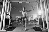 Donna forte facendo esercizio in palestra — Foto Stock