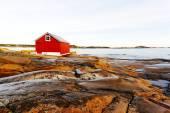 Красная деревянная каюта на берегу — Стоковое фото