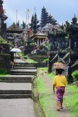 Balinese people walk in traditional dress in Pura Besakih — Stock Photo