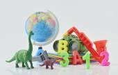 Kolorowe zabawki z tworzyw sztucznych na białym tle, dziecko edukacja koncepcja — Zdjęcie stockowe