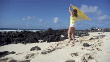 Dziewczyna biegnie na plaży — Wideo stockowe