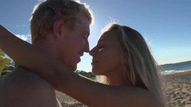 Para przytulanie na plaży — Wideo stockowe
