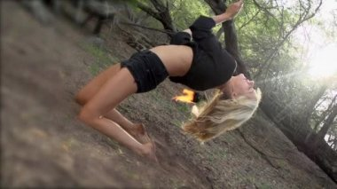 Woman does a fire performance — Stock Video