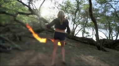 Woman does a fire performance — Vídeo de stock