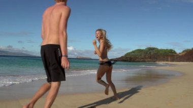 Young happy couple running on beach — Stock Video