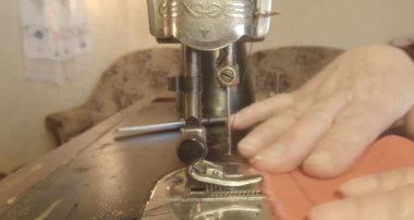 Grandmother sews a red flag on an old sewing machine of the Soviet Union retro, See the entire collection - many super close-ups, RAW format for color correction — Stock Video