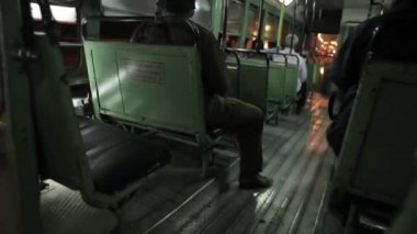 Riding on the bus at night in Mumbai, Maharashtra, India. First-person view. — 图库视频影像