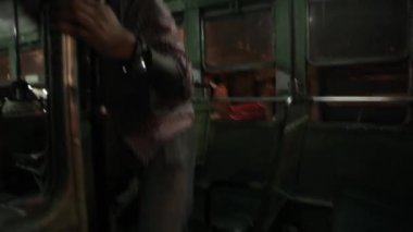 Riding on the bus at night in Mumbai, Maharashtra, India. First-person view. — Vídeo de stock