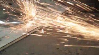 Greve de rebarbadora faíscas em uma garagem escura, executando o assistente para a produção de um tambor metálico de sparks mágica polir a superfície de um velho resultados de saco de gás limpa a superfície de metal do saco de gás — Vídeo stock