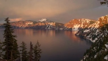 Alpenglow of sunset at Crater Lake — Stock Video