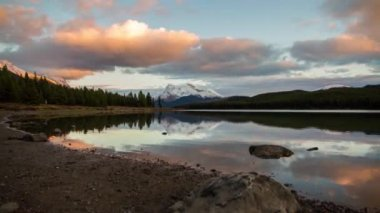 Sunset time at Maligne Lake — Stock Video