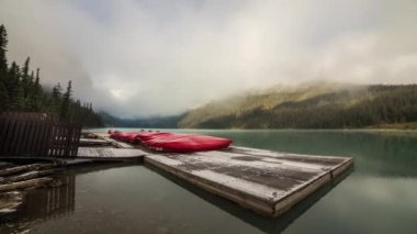 Cloudy morning at Lake Louise by the dock — Stock Video