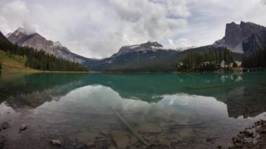 Emerald Lake on a cloudy morning — Stock Video