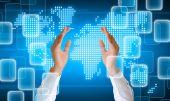 Hand halten auf technologie-hintergrund — Stockfoto