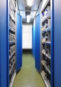 A sala de servidores de rede de comunicação e internet — Fotografia Stock