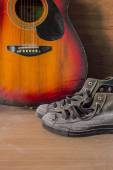 Old sneakers and guitar — Stockfoto