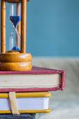 脊柱本书在桌子上 — 图库照片