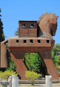 Wooden Trojan horse on the entrance to archaeological site — Foto de Stock