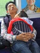 Pai com filha bebê em carrage do viajante de bilhete mensal de trem — Fotografia Stock