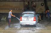 Serviceman is washing a car — Stock Photo