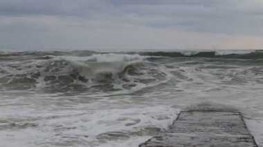Waves of the Black sea during a storm crashing against the breakwater. Sochi — Vídeo stock