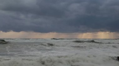 Storm in the Black sea on the backdrop of gray clouds in Sochi. — Vídeo stock
