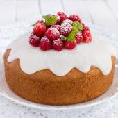 Raspberry cake with sugar icing — ストック写真
