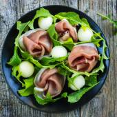 Salad with prosciutto, melon and arugula — Stock Photo