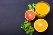 Fresh orange juice on dark background — Stockfoto